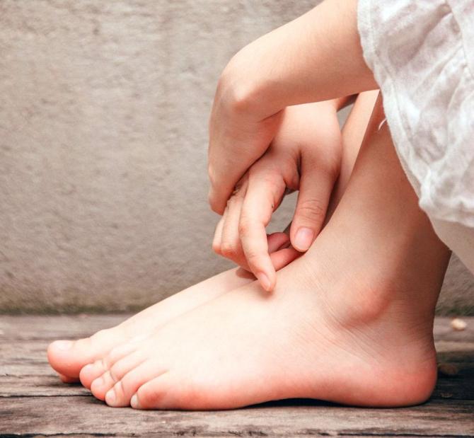 articulația umflată pe boala piciorului)