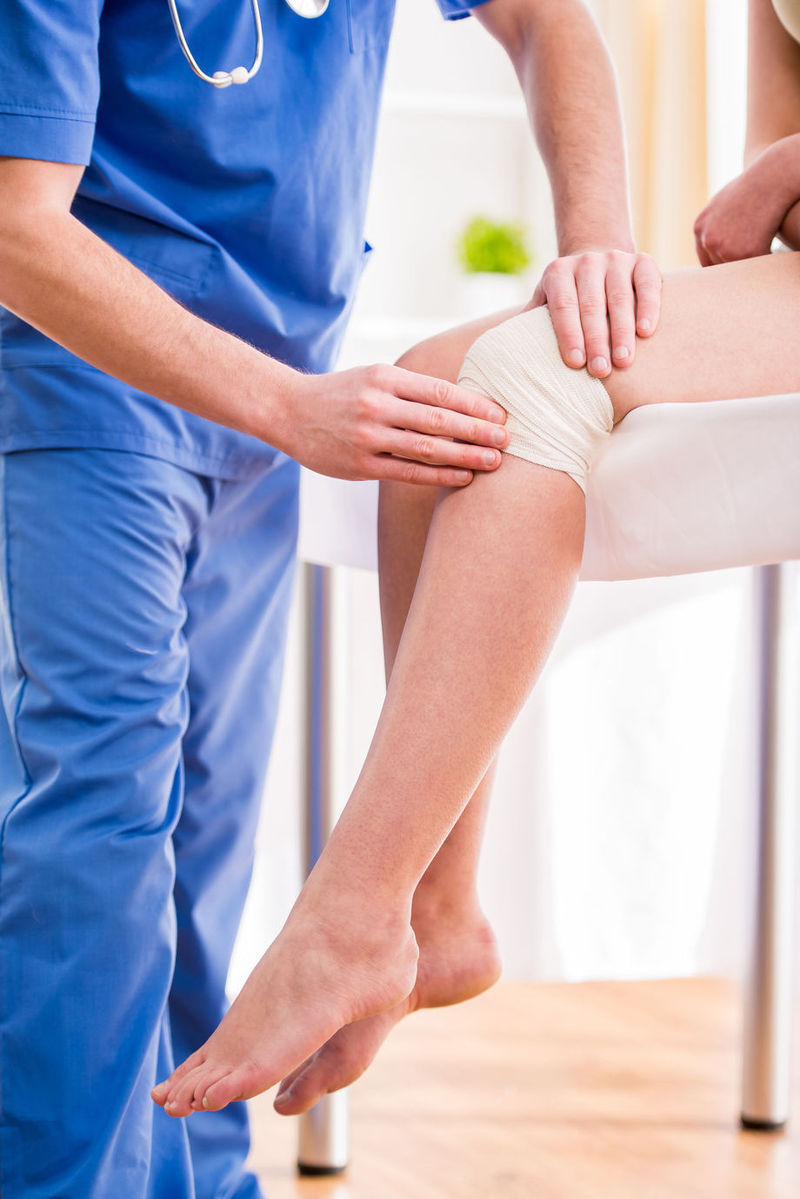 umflarea articulației genunchiului și nu se îndoaie