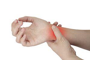 articulația umflată și dureroasă la încheietura mâinii)