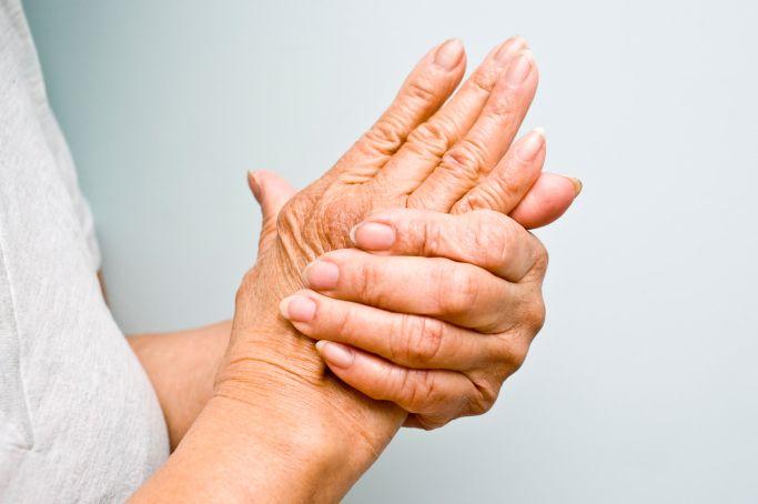 articulațiile mâinilor sunt dureroase și umflate)