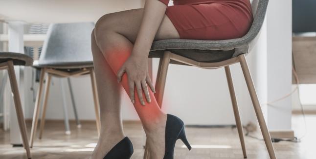 picioarele tremurând cu dureri articulare)