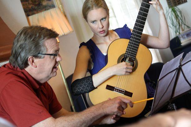 Dureri de spate în timp ce cântați la chitară